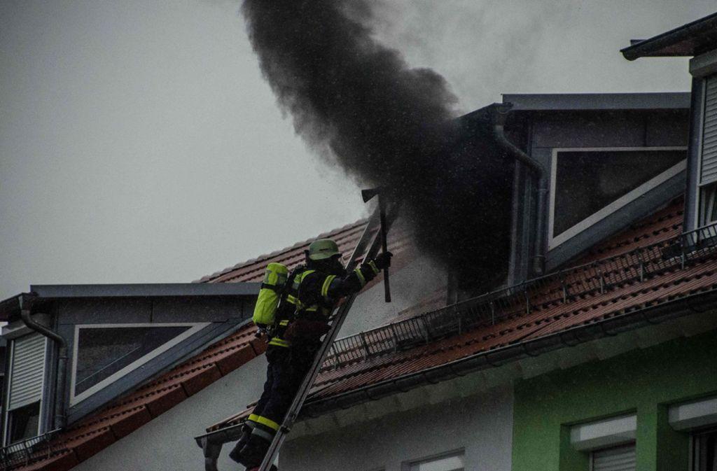 In Baltmannsweiler hat ein Blitz das Dach dreier Reihenhäuser in Brand gesetzt. Foto: SDMG
