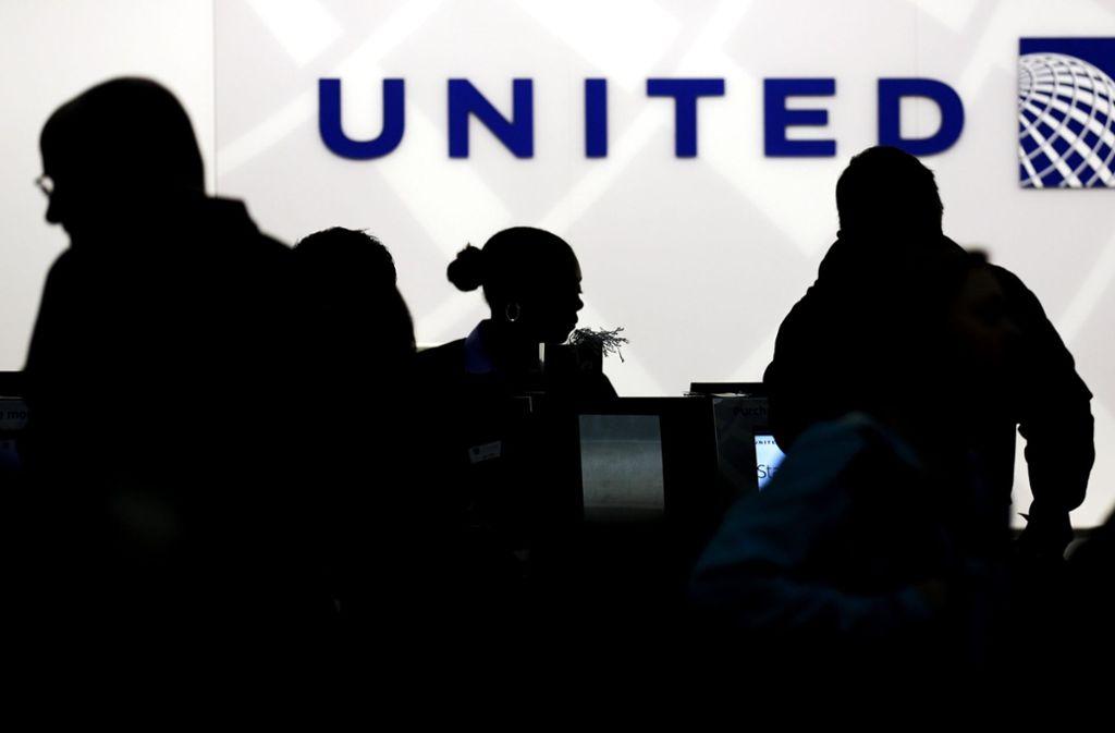 Die US-Fluggesellschaft United Airlines kommt nicht aus den Negativschlagzeilen. Erst ein gewaltsamer rausgeworfener Passagier – und jetzt ein toter Riesen-Hase.  Foto: AP