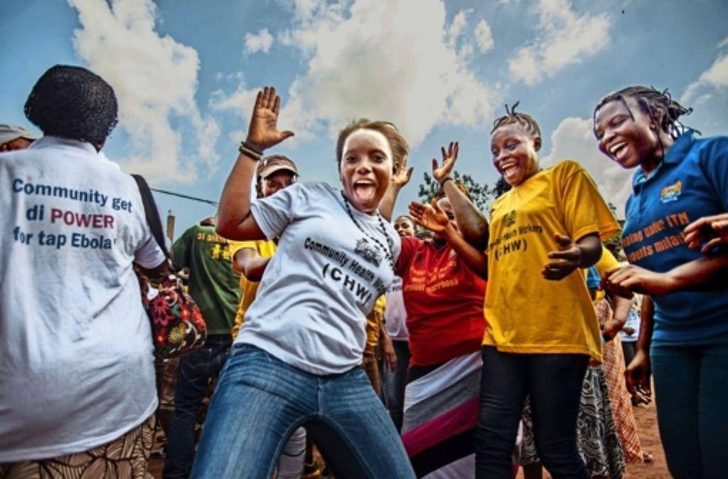 Nach dem Ende der Epidemie sind  öffentliche Veranstaltungen  wieder erlaubt – in Freetown wird die gute Nachricht gefeiert. Foto: AP