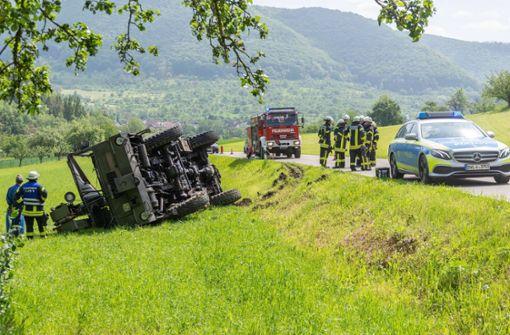Alter Bundeswehr-Kranwagen kommt von Straße ab