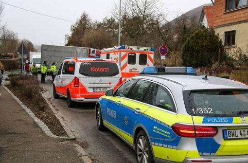 Von eigenem Lkw überrollt – Fahrer ringt mit dem Tod