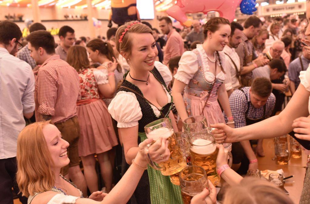 Hoch die Krüge! Das Stuttgarter Frühlingsfest hat begonnen. Foto: 7aktuell.de | Oskar Eyb