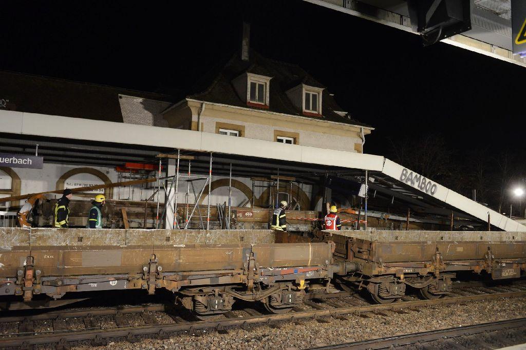 In der Nacht auf Samstag laufen die Aufräumarbeiten nach dem Zugunglück in Feuerbach weiter. Foto: 7aktuell.de/Eyb