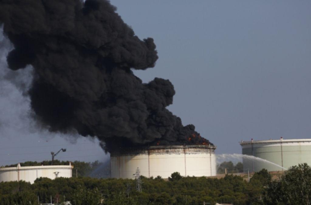 """In dieser Ölanlage nahe Marseille waren am Dienstag zwei Tanks explodiert  – laut den Behörden ein krimineller Akt"""" –  Hinweise auf eine Verbindung zum geplanten Anschlag auf eine Militäranlage gibt es bisher aber nicht. Foto: AP"""