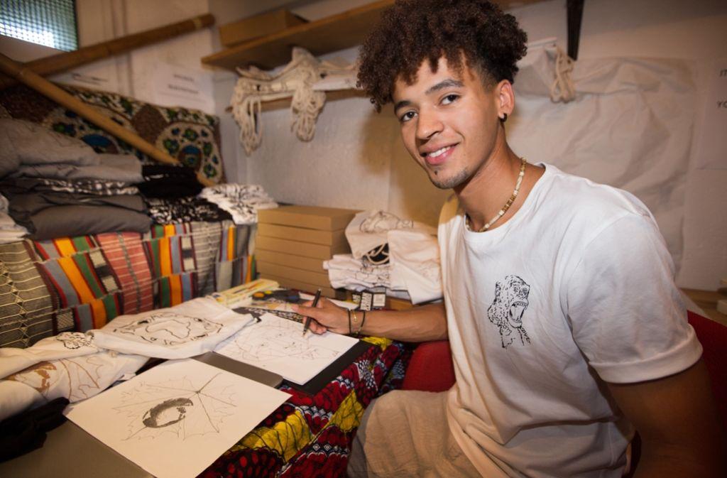 Andy Nosa Moses in seinem Reich. Hier entstehen die Vorlagen für die T-Shirt-Prints seines Labels Anomos. Foto: Lichtgut/Ines Rudel