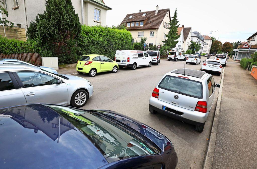 Autos ohne Ende: Wie hier in der Mörikestraße sind Parkplätze in der ganzen Weststadt Mangelware. Foto: factum/Simon Granville