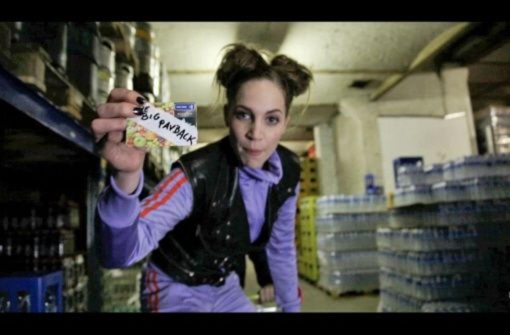 Dina (Jessica Richter) weist in Internetclips als Datagrrl auf die Gefahren von Warenkennzeichnungen hin.  Foto: ZDF