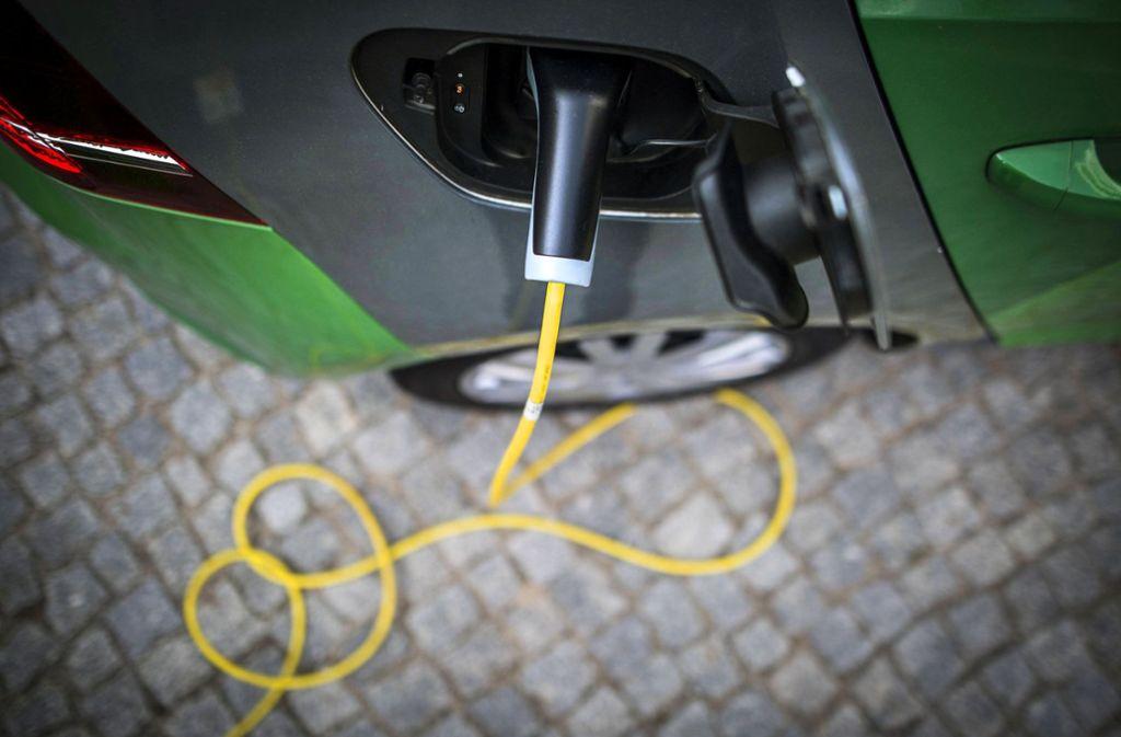 Strom statt Sprit:  Bislang ist das Netz von Ladepunkten in Deutschland sehr lückenhaft. Das soll sich in den kommenden Jahren grundlegend ändern. Foto: imago//Florian Gaertner