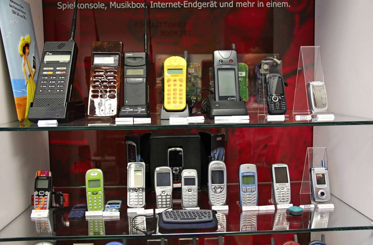 Zum Fundus zählen auch zahlreiche ältere Mobiltelefone. Foto: Archiv Bernd Zeyer