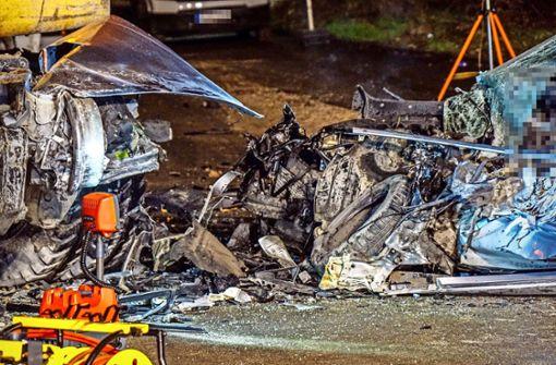 Autofahrer prallt gegen Bagger und stirbt