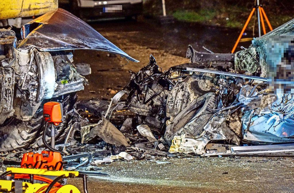Der BMW wurde bei dem Unfall völlig zerstört. Foto: SDMG