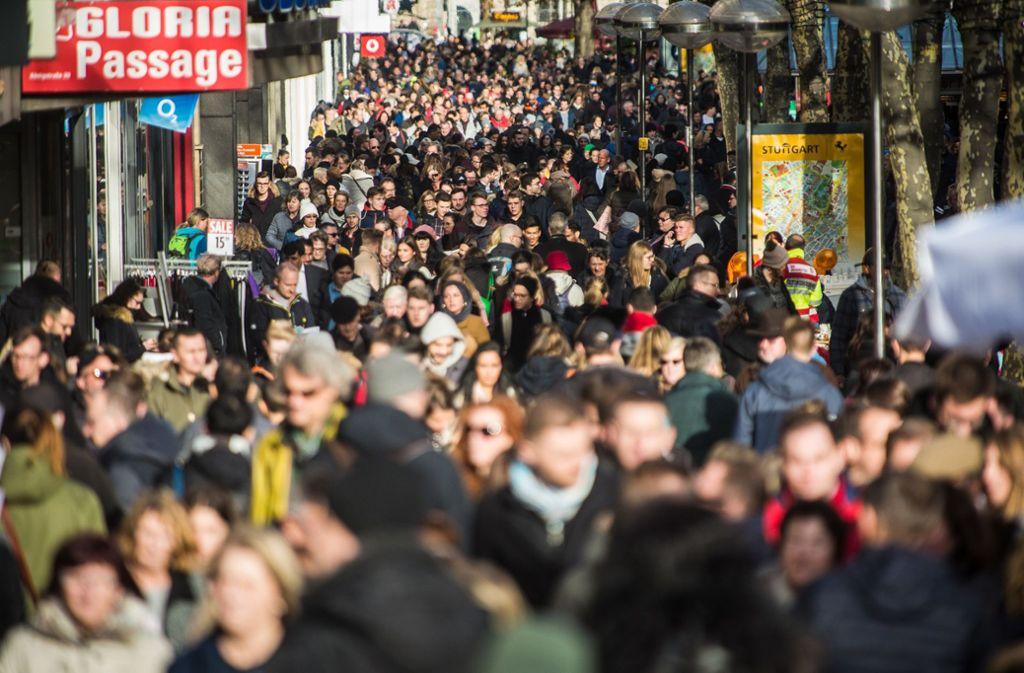 Weihnachtsgeschäft in der Stuttgarter Innenstadt. Für die Verkäufer im Einzelhandel ist die umsatzstärkste Jahreszeit besonders stressig. Foto: dpa