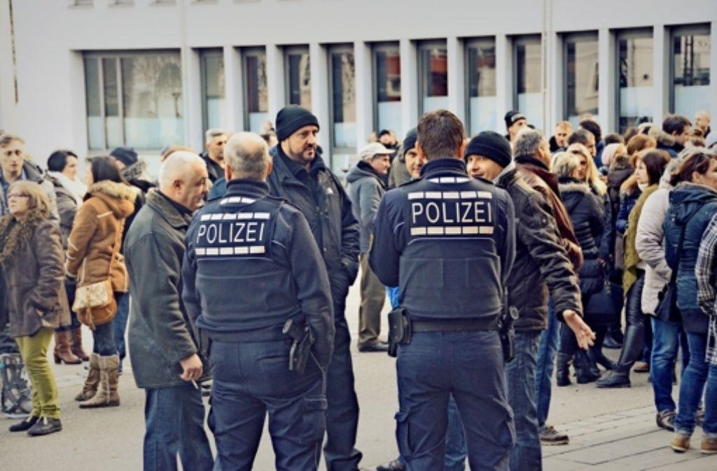 In Lahr haben sich am Sonntag etwa 300 Menschen, überwiegend Spätaussiedler, vor dem Rathaus versammelt. Die Polizisten führten teils hitzige Diskussionen. Foto: Christian Kramberg