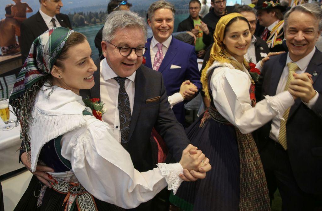Justizminister Guido Wolf hat Rhythmus im Blut, wie hier bei einem Tänzchen auf der Tourismusmesse in Stuttgart 2019. Foto: Lichtgut//Leif Piechowski
