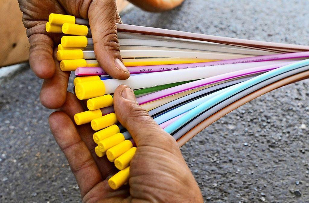 Über Glasfaserkabel sollen  Firmen und Privathaushalte schnelles Internet bekommen. Foto: dpa/Julian Stratenschulte