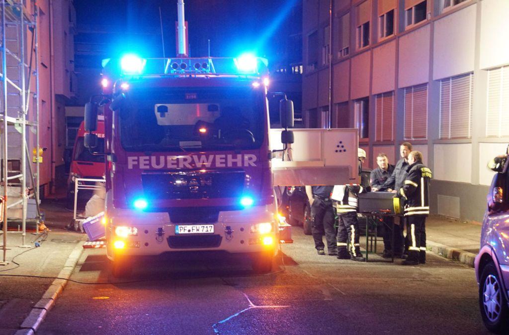 Die Feuerwehr in Pforzheim wurde zu einem Brand in einem Mehrfamilienhaus gerufen. Foto: SDMG