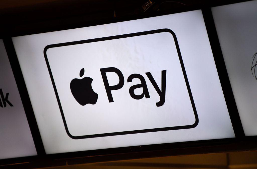 Auch Kunden der Volks- und Raiffeisenbanken können jetzt mit Apple Pay bezahlen. (Symbolbild) Foto: picture alliance/dpa/Lino Mirgeler