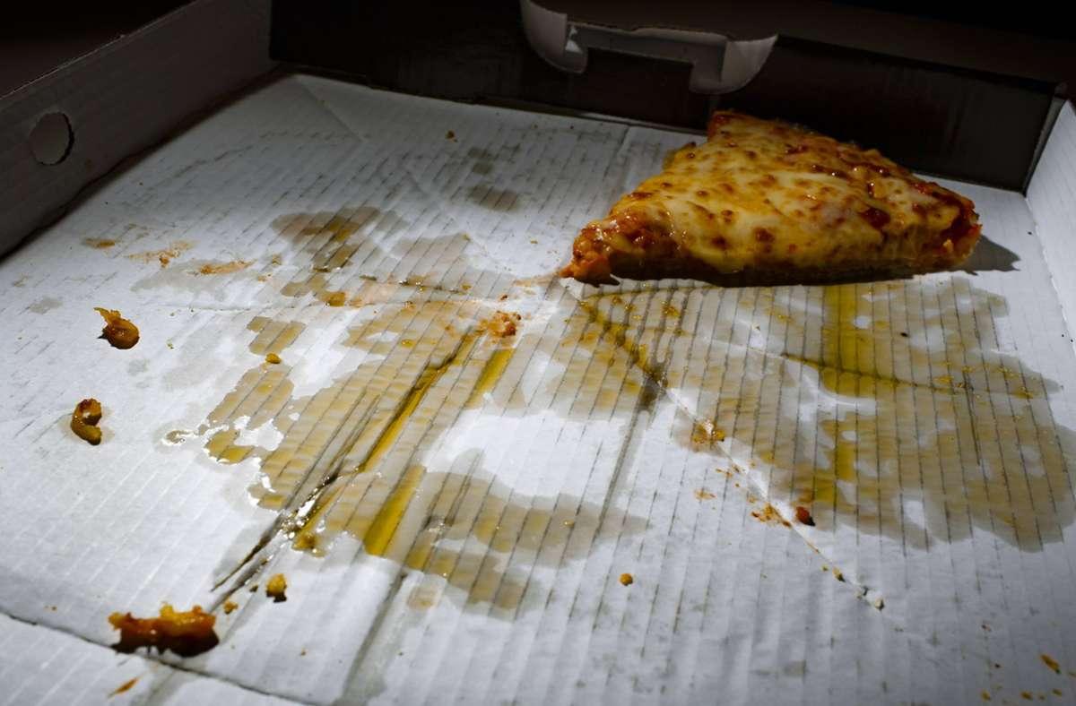 Der Pizzakarton landet fälschlicherweise oft im Papiermüll. Foto: imago/photothek/Thomas Trutschel/photothek.net
