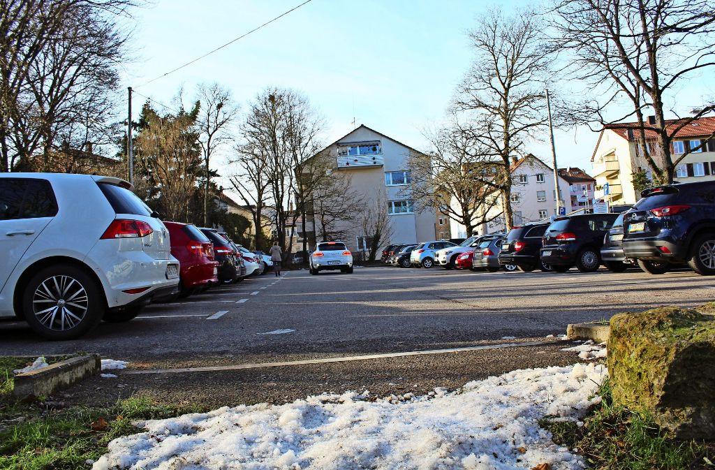 Die Parkplätze an der Felix-Dahn-Straße würden in eine Tiefgarage verlegt werden. Foto: Tilman Bauer Foto: