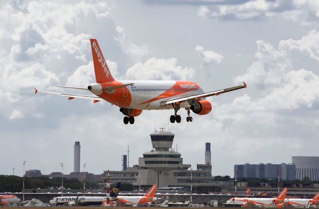 Flüge sollen auf Wunsch der Umweltministerin teurer werden. Foto: dpa