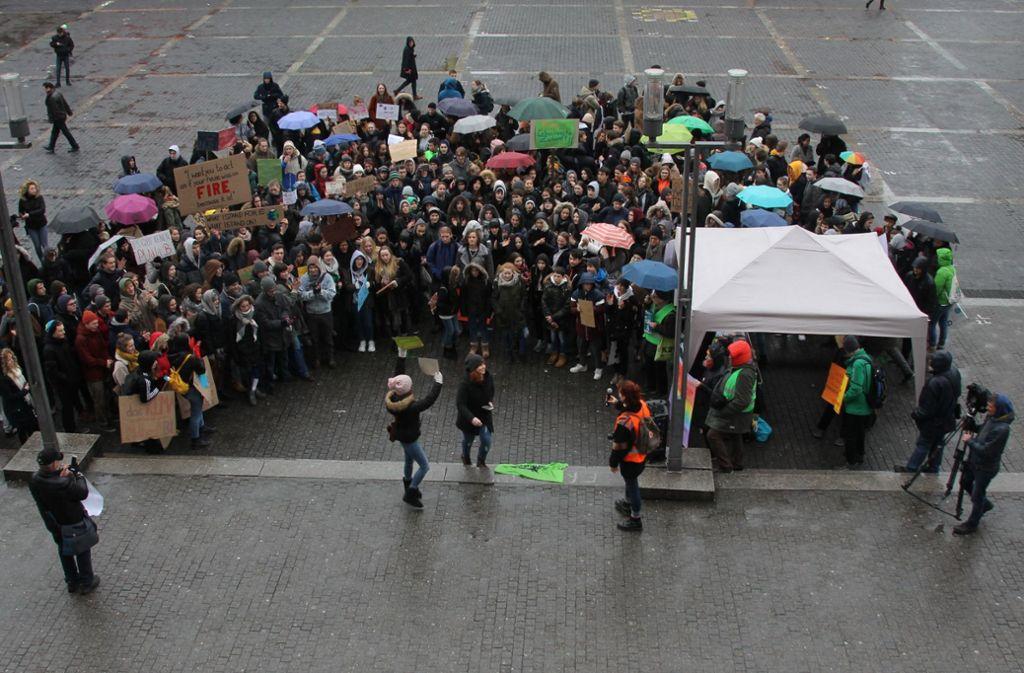 Auch am  vergangenen Freitag haben Schüler vor dem Rathaus gegen die Klimakatastrophe demonstriert. Foto: Hans Jörg Wangner