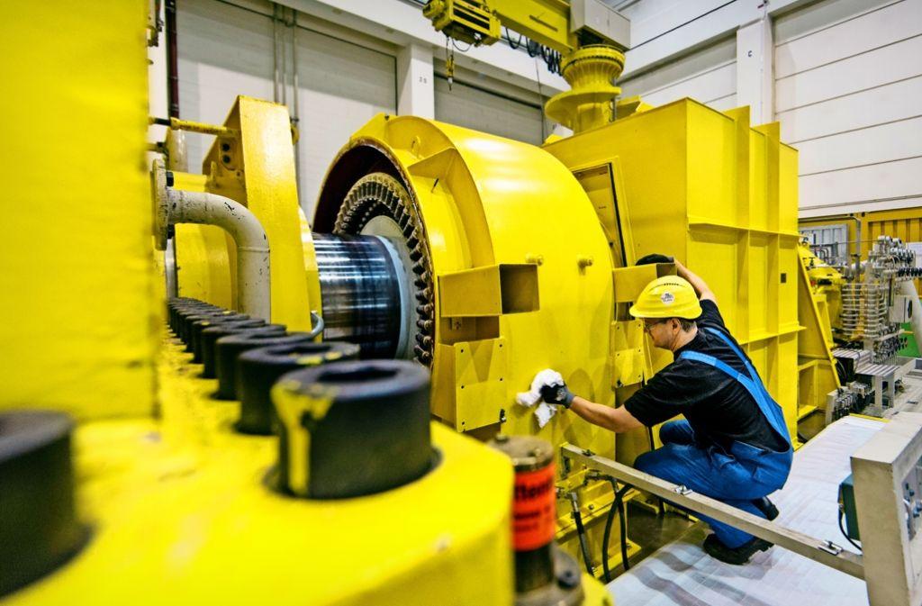 """Ein Monteur putzt die  Turbine, die zusammen mit dem Atomreaktor das Herz der Anlage ausmacht. Bei der Revision wird  auch der """"Keller"""" des Maschinenhauses geöffnet (unten). Foto: Frank Eppler"""