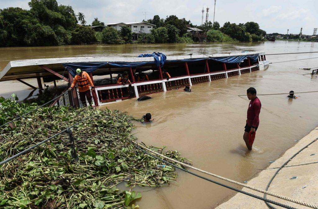 Rettungskräfte suchen nach den vermissten Fahrgästen. Foto: AFP