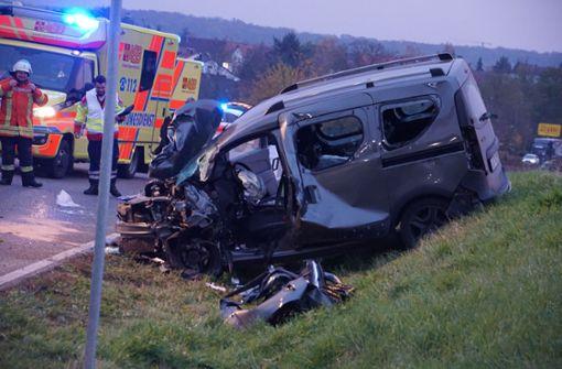 Dacia in Böschung geschleudert – Fahrer eingeklemmt