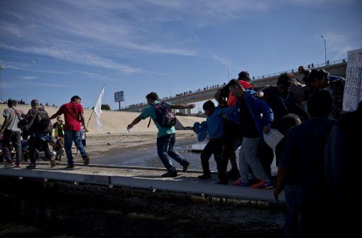 Mittelamerikanische Migranten versuchen in die USA einzudringen