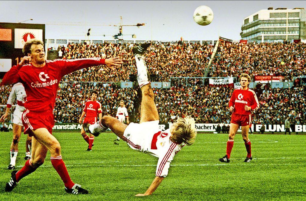 Legendärer Treffer: Jürgen Klinsmann mit seinem Fallrückzieher gegen den FC Bayern im Jahr 1987 – damit ist der Ex-Stürmer ein heißer Kandidat für die Jubiläumself unserer Redaktion. Foto: Baumann
