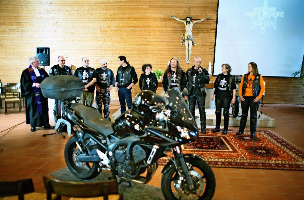 Selbst bei ausgewiesenen Biker-Messen steht nur  selten ein  Motorrad direkt vor dem Altar, wie am Sonntag beim Holy-Riders-Gottesdienst in der Jakob-Andreä-Kirche. Foto: Horst Rudel