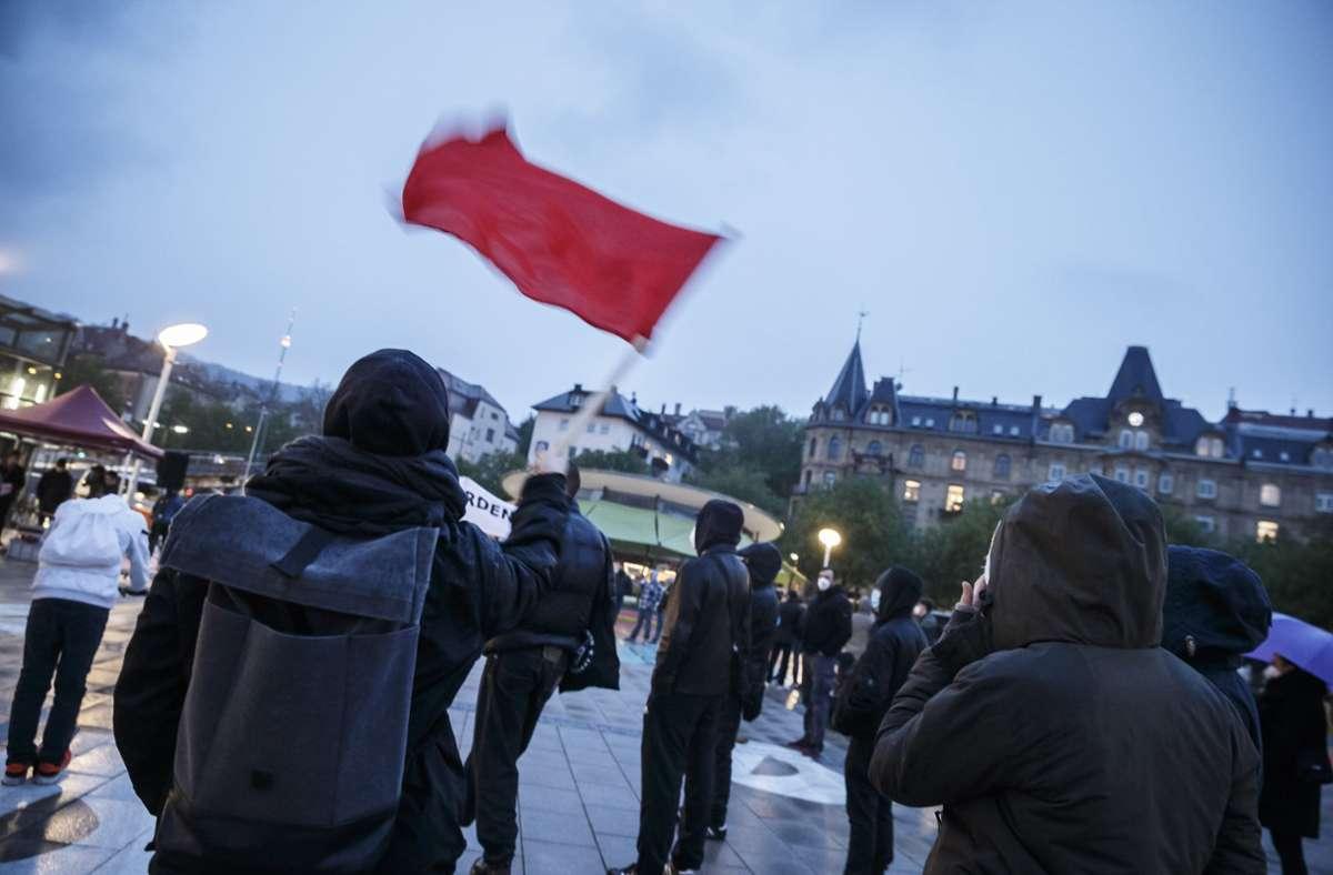 Nasskaltes Wetter am Freitagabend auf dem Marienplatz: Teilnehmer der Demonstration gegen Ausgangssperren. Foto: Lichtgut/Julian Rettig