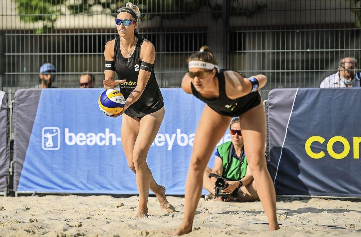 Louisa Lippmann (links) hat erstmals im Sand aufgeschlagen. Foto: imago //Peter Weber