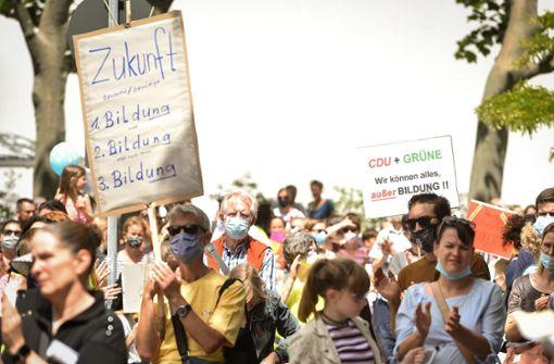 Eltern äußern ihre Kritik an der Kultusministerin auf der Straße