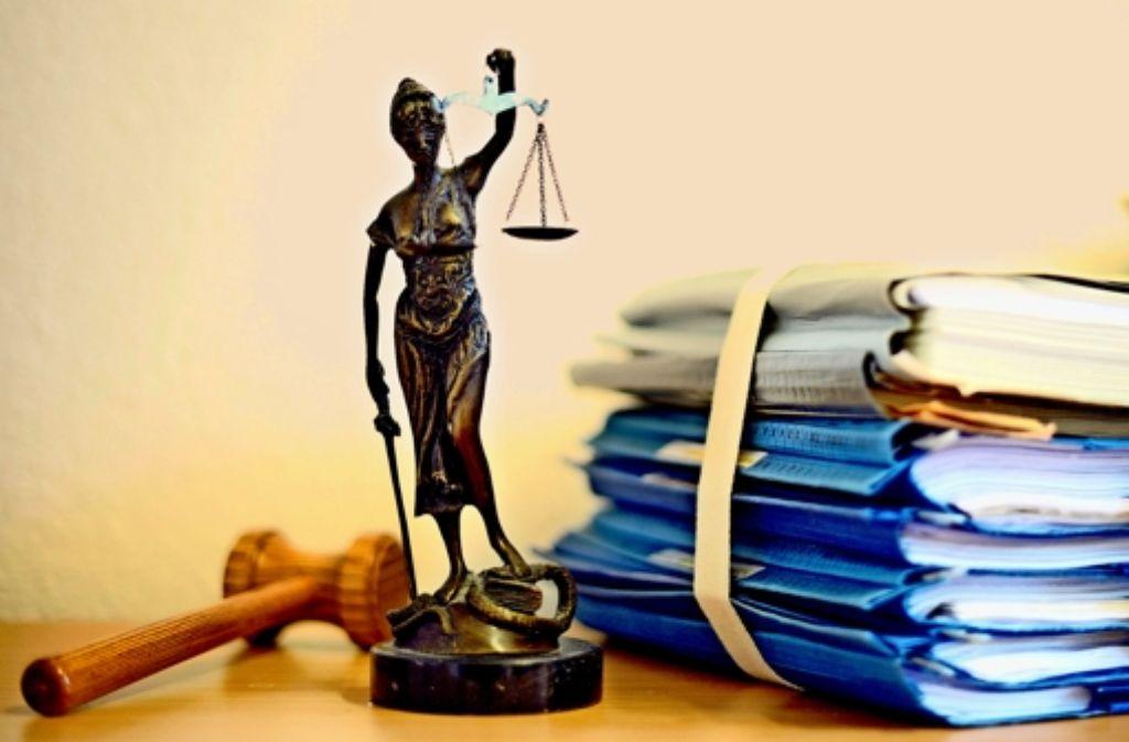 Nein, diese Justitia als Personifikation der Gerechtigkeit, stammt weder  aus der Werkstatt des Künstlers  Alberto Giacometti noch von seinem begabtesten Fälscher Robert D. Der Niederländer erhielt seine Haftstrafe wegen Plagiaten im weitaus größeren Stil. Foto: dpa