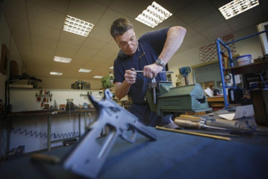 Ralf Merkle feilt an einer neuen Waffe. Foto: Gottfried Stoppel