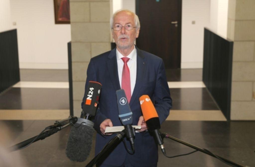 Harald Range bei dem Pressestatement, das ihn seinen Job gekostet hat. Foto: dpa