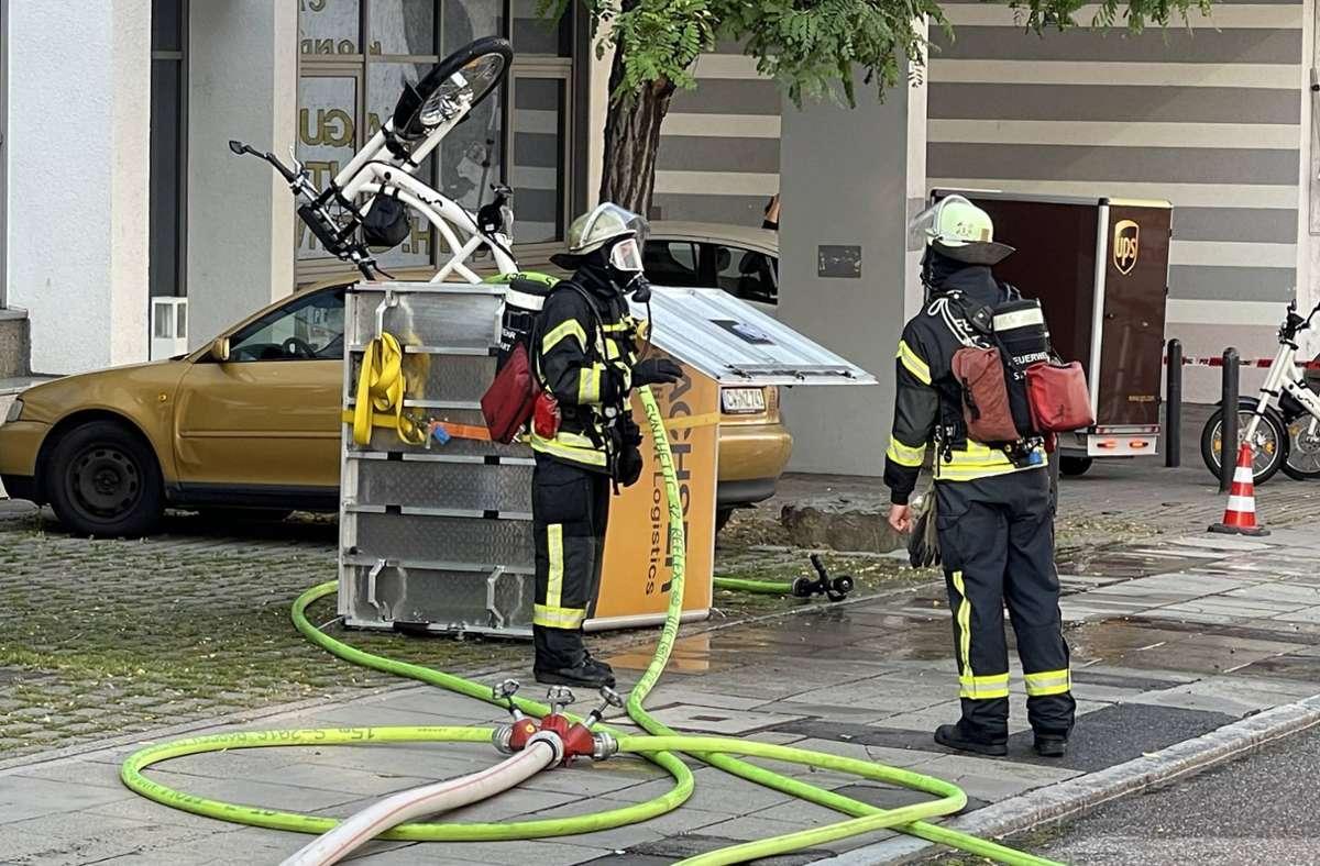 Die Feuerwehr brachte das Lastenfahrrad ins Freie. Foto: 7aktuell.de/Andreas Werner/7aktuell.de   Andreas Werner
