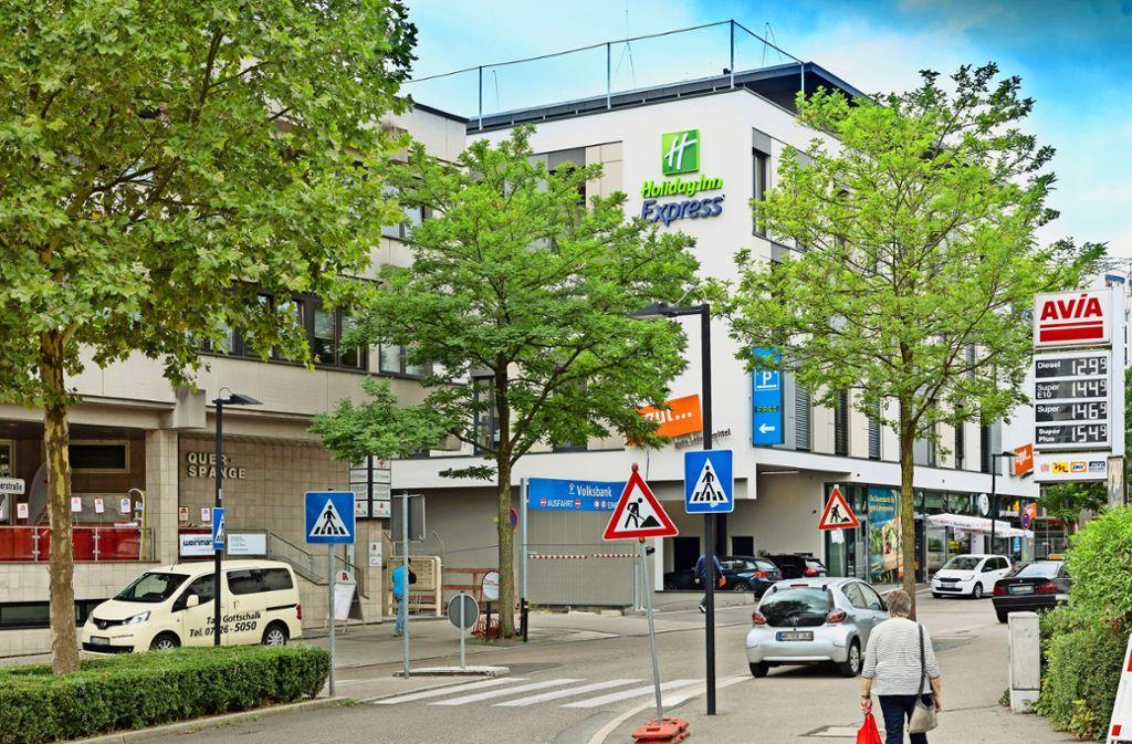 Das Ende der Baustelle:  in der Waiblinger Fronackerstraße ist das   Großprojekt Hotel mit Garage und Supermarkt fertiggestellt. Foto: Frank Eppler