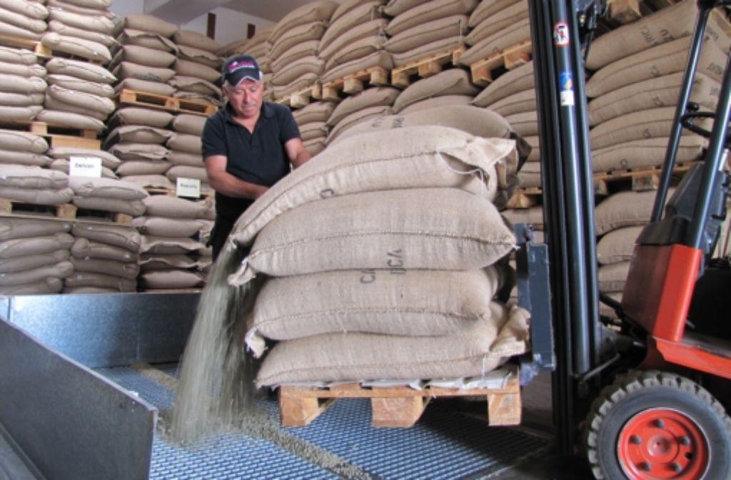 Von Costa Rica über Hamburg bis in die Tränke nach Degerloch reisen die Kaffeebohnen der Rösterei Hochland. Grün riechen die Körnchen nach Heu und Jute. Weitere Bilder vom Streifzug durchs Gewerbegebiet gibt es in unserer Fotostrecke. Foto: Sägesser