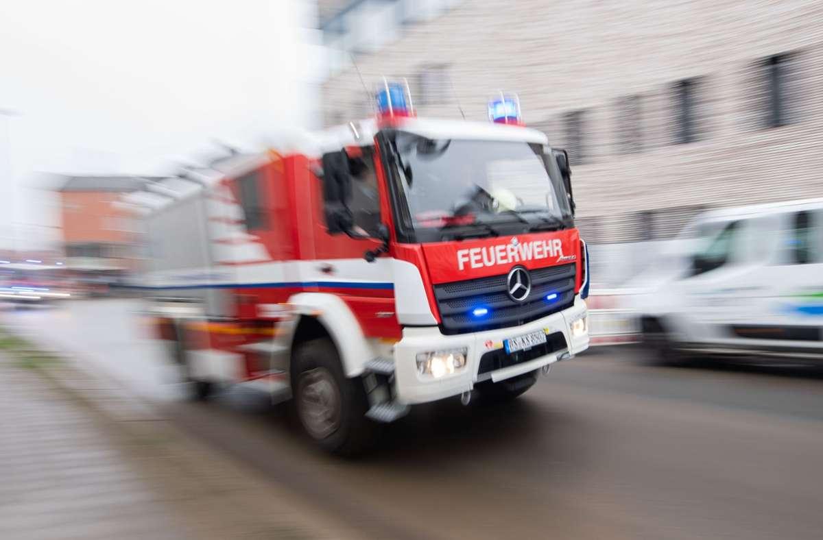 Die Feuerwehr war mit 5 Fahrzeugen und 28 Einsatzkräften schnell vor Ort und hatte den Brand rasch im Griff (Symbolfoto). Foto: picture alliance/dpa/Julian Stratenschulte