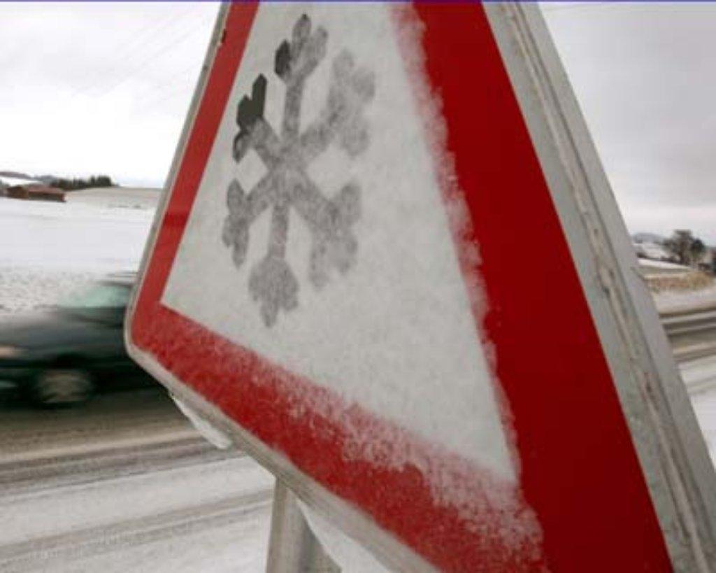 Auf schneeglatter Fahrbahn kippt am Dienstag in Bissingen an der Teck ein Bus um. Foto: dpa/Symbolbild