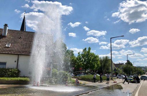 Große Wasserfontäne nach Unfall mit einem Hydranten