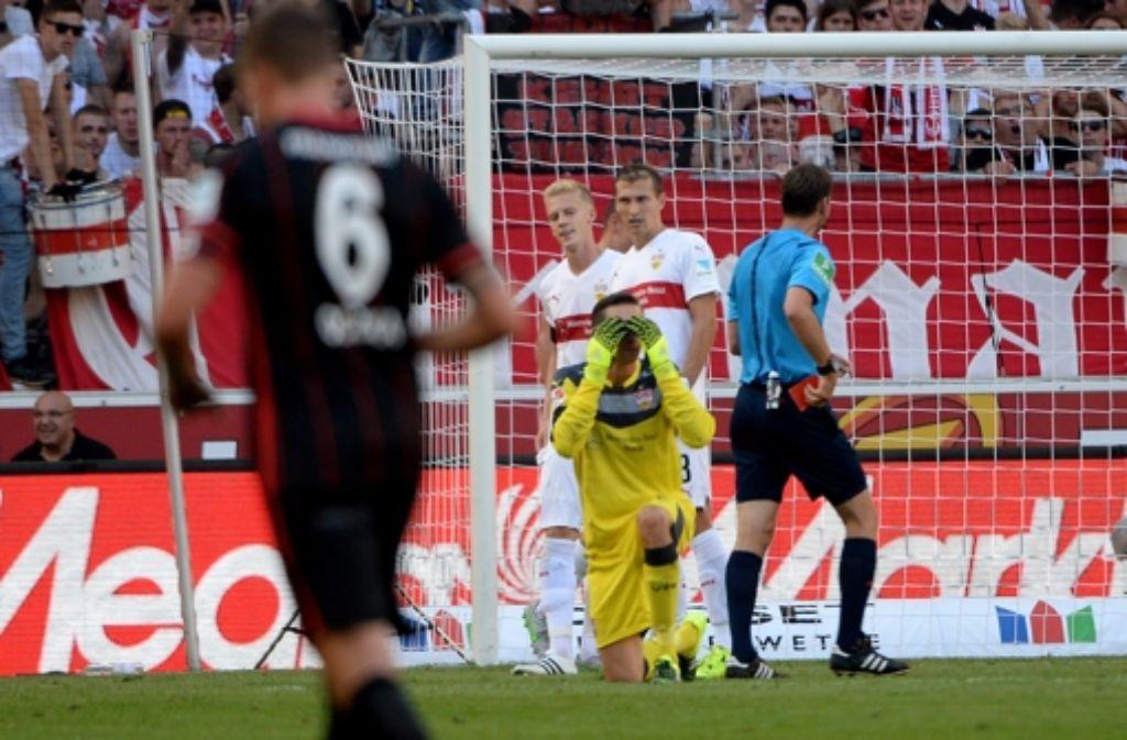 VfB-Keeper Tyton sieht Rot – und der VfB kassiert anschließend  das 1:3 beim Elfmeter Foto: dpa