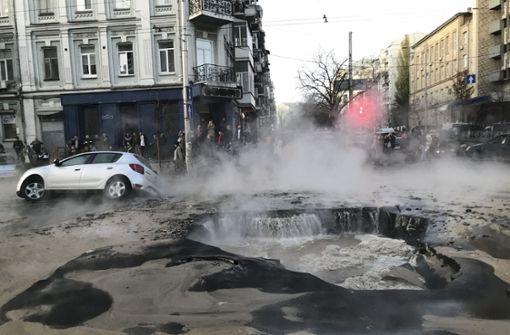Straße sackt ab und sorgt für Chaos in Kiew