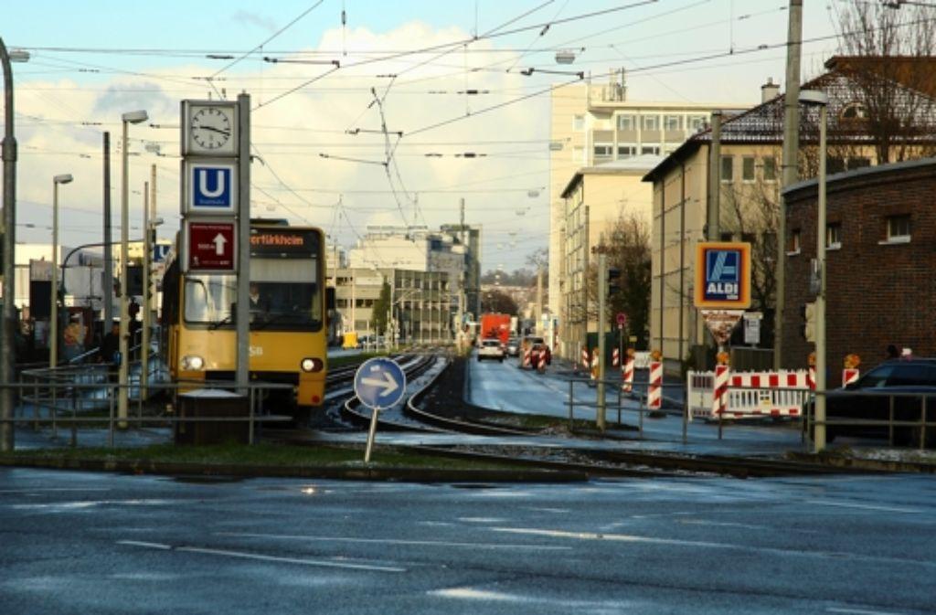Die Zufahrt zur S21-Baustelle befindet sich hinter dem Aldi-Schild. Foto: Jürgen Brand