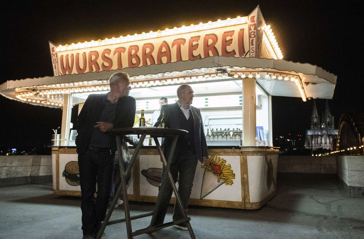 Den Kommissaren Ballauf (Klaus J. Behrendt, re. ) und Schenk (Dietmar Bär) schmeckt die Wurst dieses Mal überhaupt nicht. Foto: WDR/Martin Valentin Menke