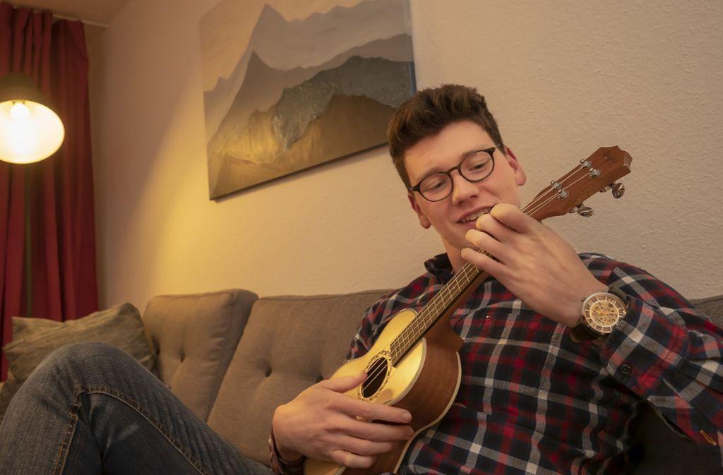 Fröhliche Töne: nach  seiner Rückkehr aus dem Krankenhaus hat sich Leon Keller das Ukulelespielen beigebracht. Foto: factum/Weise