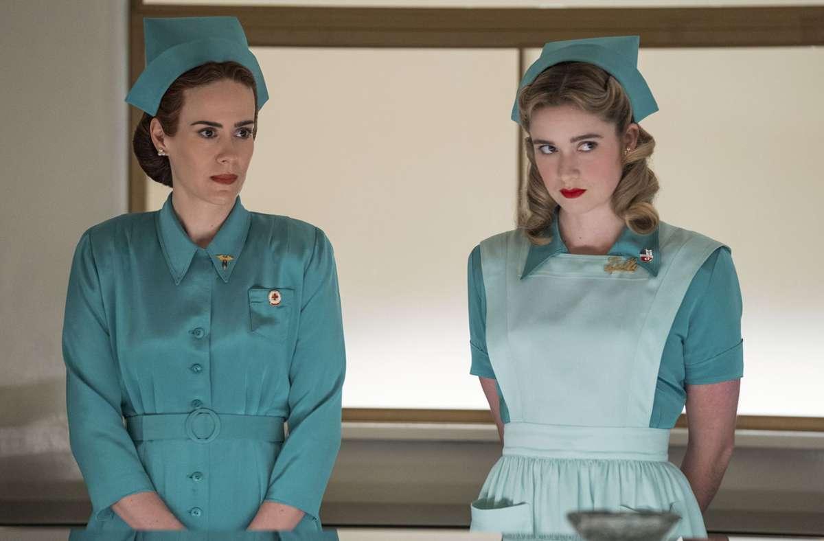 Sarah Paulson als Mildred Ratched (links), Alice Englert als Schwester Dolly Foto: Netflix/Saeed Adyani