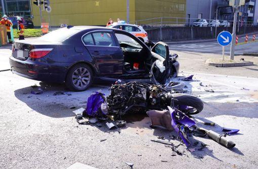 Auto überfährt rote Ampel und kollidiert mit Motorrad –  Biker stirbt